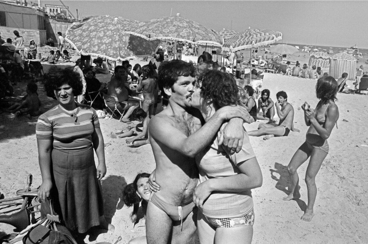 Letizia Battaglia - Sulla spiaggia di Mondello. Palermo, 1982