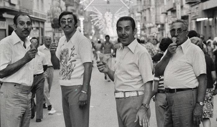 © Ferdinando Scianna, Domenica in strada, Bagheria, Italia